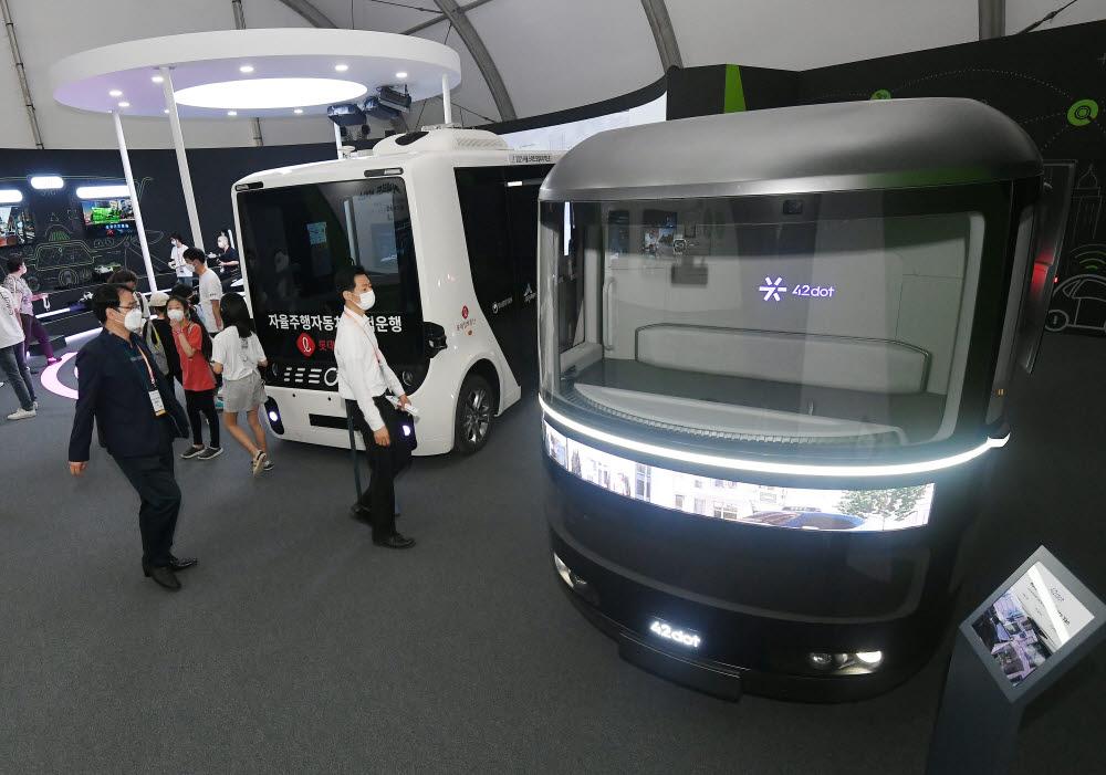 참관객들이 42dot의 자율주행 배송차량을 살펴보고 있다.