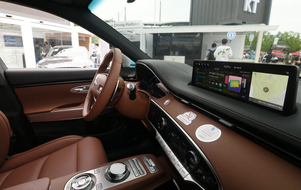 차량 내 엔터테인먼트와 네비게이션 정보시스템 솔루션으로 KT 지니뮤직이 설치된 GV70 내부.