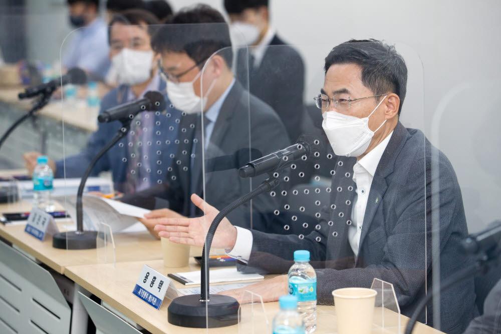용홍택 과기정통부 1차관(오른쪽)은 10일 서울 관악구 서울대 데이터사이언스대학원에서 국내유치 우수연구자 간담회를 주재했다.