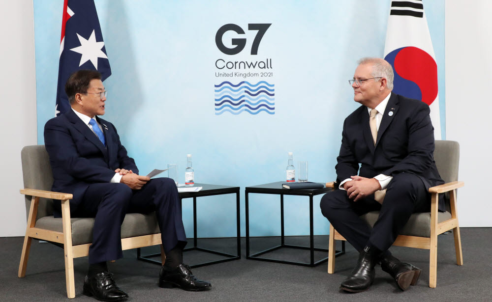 G7 정상회의 참석차 영국을 방문 중인 문재인 대통령이 12일(현지시간) 영국 콘월 트레게나 캐슬 호텔에서 열린 스콧 모리슨 호주 총리와의 양자회담에서 발언하고 있다. 연합뉴스