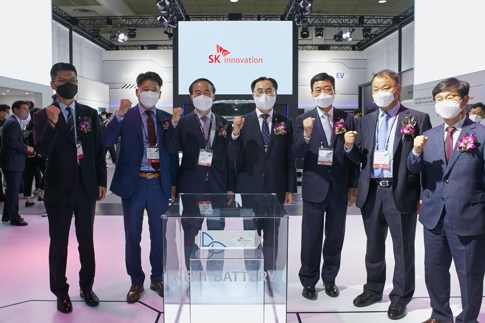 문승욱 산업통상자원부 장관(왼쪽 네번째)과 지동섭 SK이노베이션 배터리 사업대표(왼쪽 다섯번째) 등이 인터배터리 SK이노베이션 전시 부스를 살펴보고 기념사진을 찍고 있다.