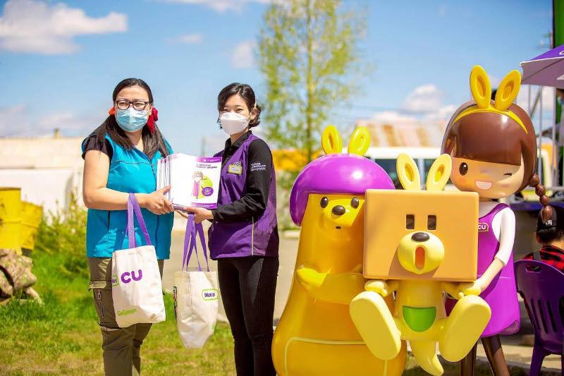 몽골CU 직원이 몽골의 어린이날을 맞아 아이CU 캠페인을 소개하는 책자를 배포하고 있다.