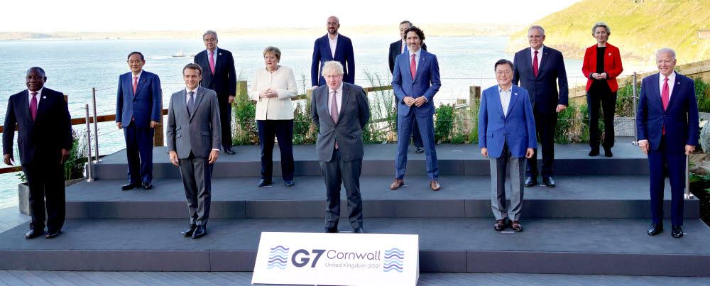 G7 정상회의 참석차 영국을 방문 중인 문재인 대통령이 12일(현지시간) 영국 콘월 카비스베이 양자회담장 앞에서 참가국 정상들과 기념사진을 촬영하고 있다. 앞줄 왼쪽부터 남아공 시릴 라마포사 대통령, 프랑스 에마뉘엘 마크롱 대통령, 영국 보리스 존슨 총리 , 문재인 대통령, 미국 조 바이든 미국 대통령. 두번째 줄 왼쪽부터 일본 스가 요시히데 총리, 독일 앙겔라 메르켈 총리, 캐나다 쥐스탱 트뤼도 총리, 호주 스콧 모리슨 총리. 세번째 줄 왼쪽부터 UN 안토니우 구테흐스 사무총장, 샤를 미셸 EU 정상회의 상임의장, 이탈리아 마리오 드라기 총리, 우르줄라 폰데어라이엔 EU 집행위원장. 연합뉴스