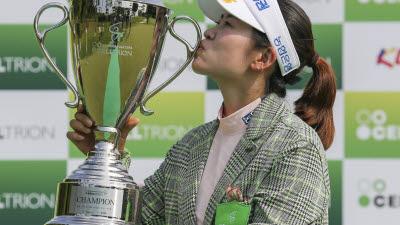 [포토]박민지, 네번 째 우승 키스