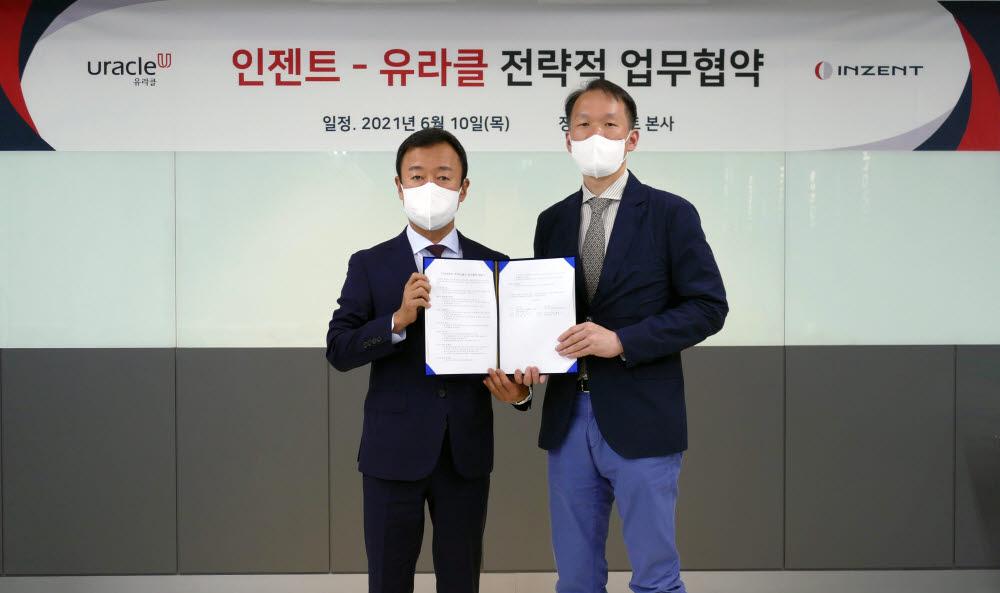 장인수 인젠트 대표(왼쪽)가 권태일 유라클 대표와 업무협약을 체결한 뒤 기념촬영했다.
