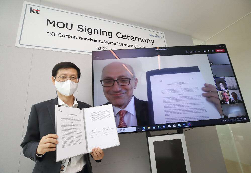 김형욱 KT 미래가치추진실장 부사장(왼쪽)과 레온 액치안 뉴로시그마 최고경영자(오른쪽 모니터 화면)