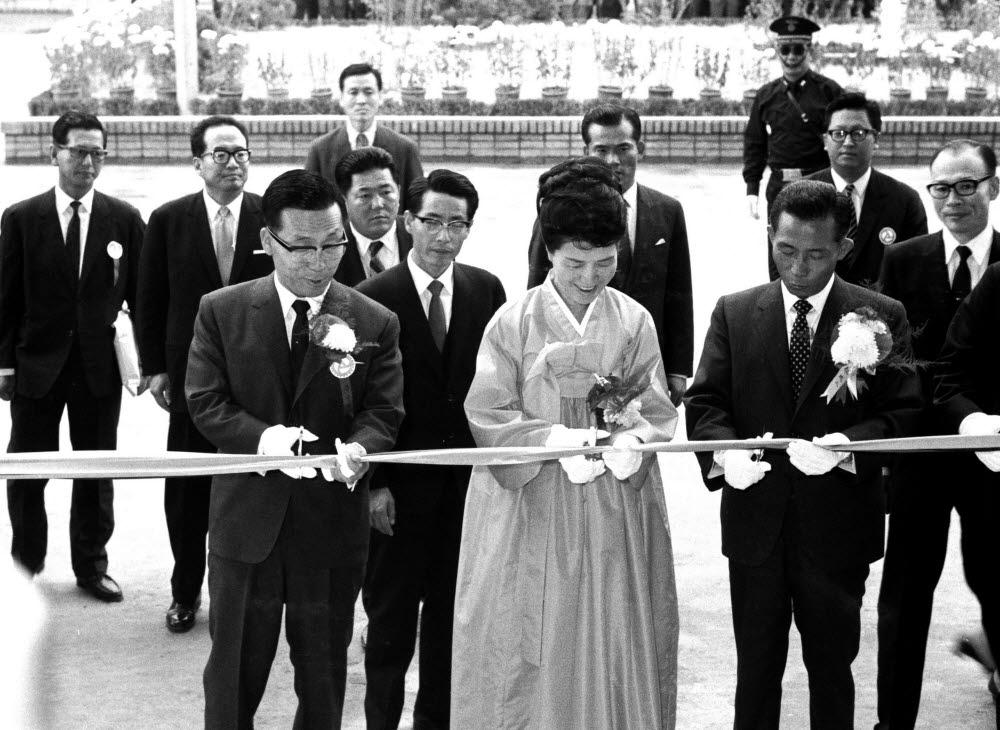 1969년 10월 23일 한국과학기술정보센터(KORSTIC) 신청사 개청식에서 박정희 대통령(오른쪽)을 비롯한 내빈들이 테이프 커팅을 하고 있다. <국가기록원 제공>