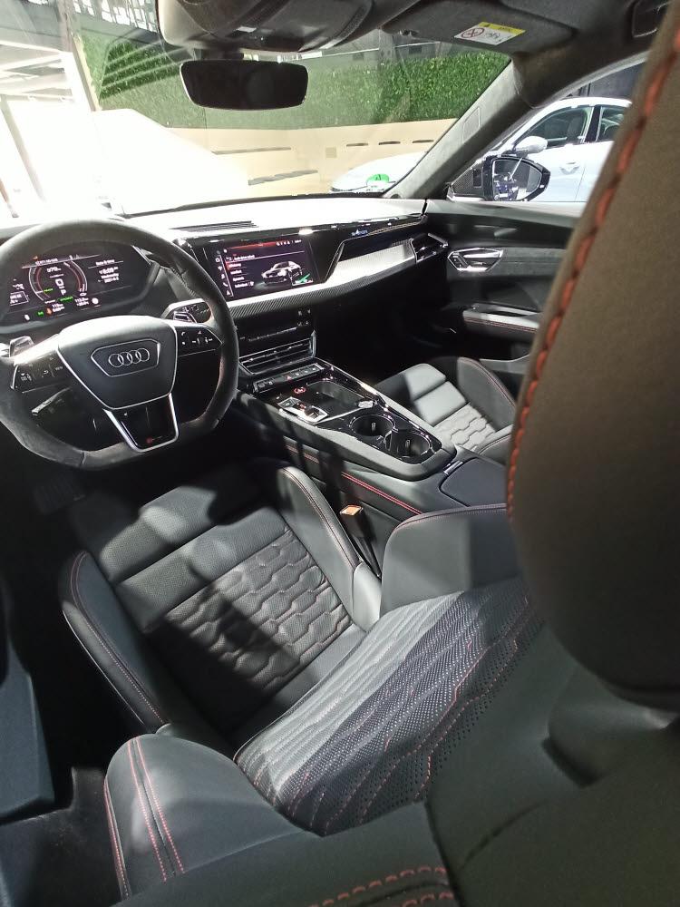 아우디 RS e-트론 GT 운전석