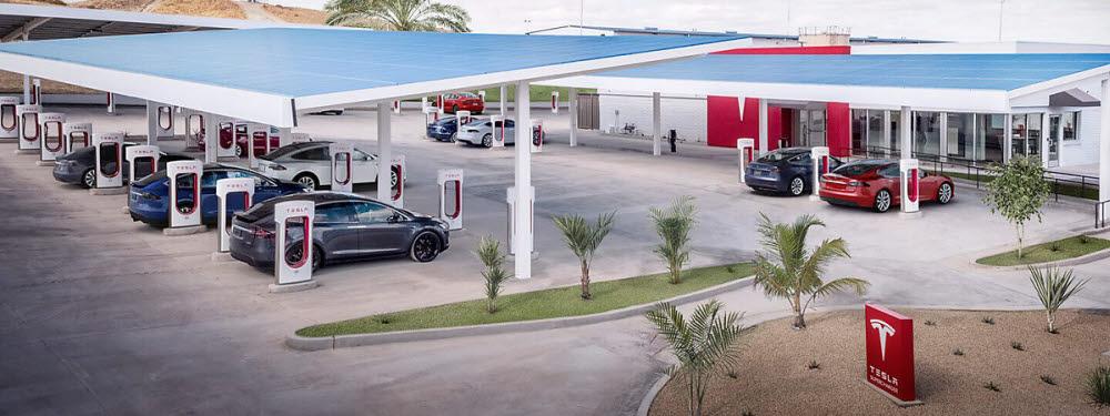 테슬라가 미국에서 유료로 운영 중인 태양광+ESS+충전소.