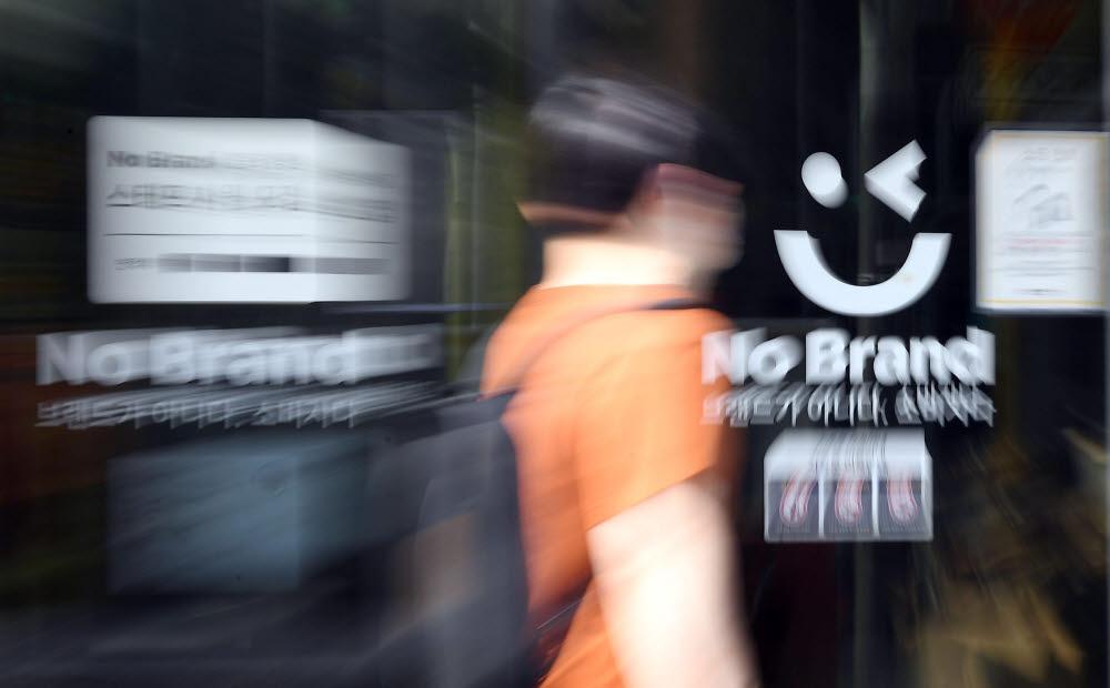 이마트가 골목상권 반발 리스크 등의 영향으로 노브랜드 가맹점 사업을 중단한다. 21일 수도권의 노브랜드 매장.<br />이동근기자 foto@etnews.com