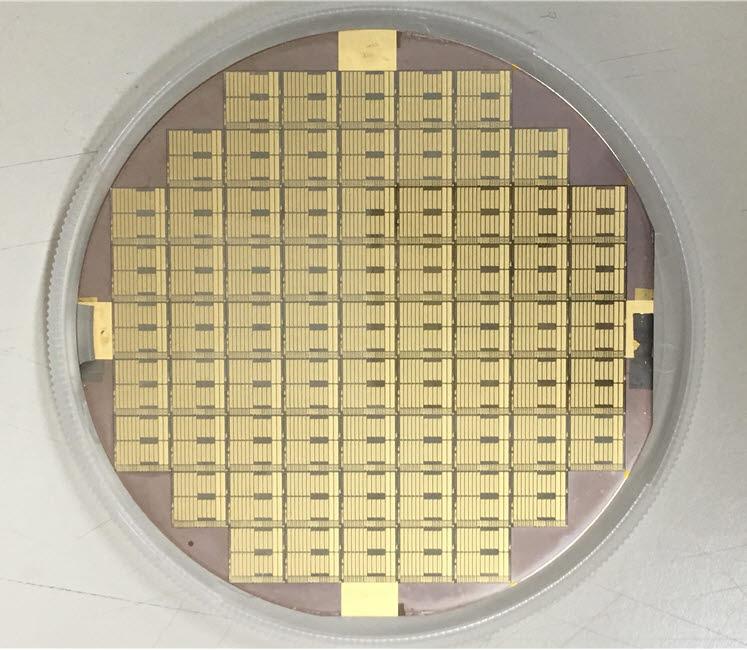 ETRI가 개발한 S-대역 200W급 GaN 전력소자 웨이퍼
