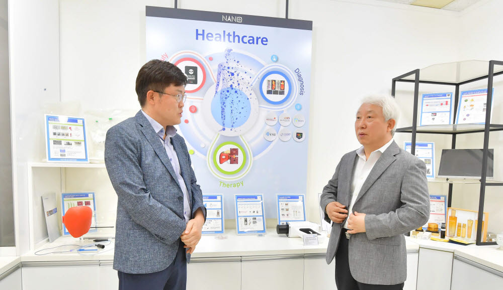 박종구 나노융합2020 사업단장(오른쪽)과 양종석 전자신문 산업에너지부장