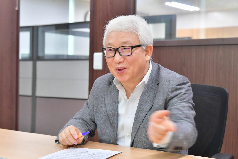 """[데스크가 만났습니다]박종구 나노융합2020사업단장 """"NT, 산업 혁신 위한 핵심 동력"""""""