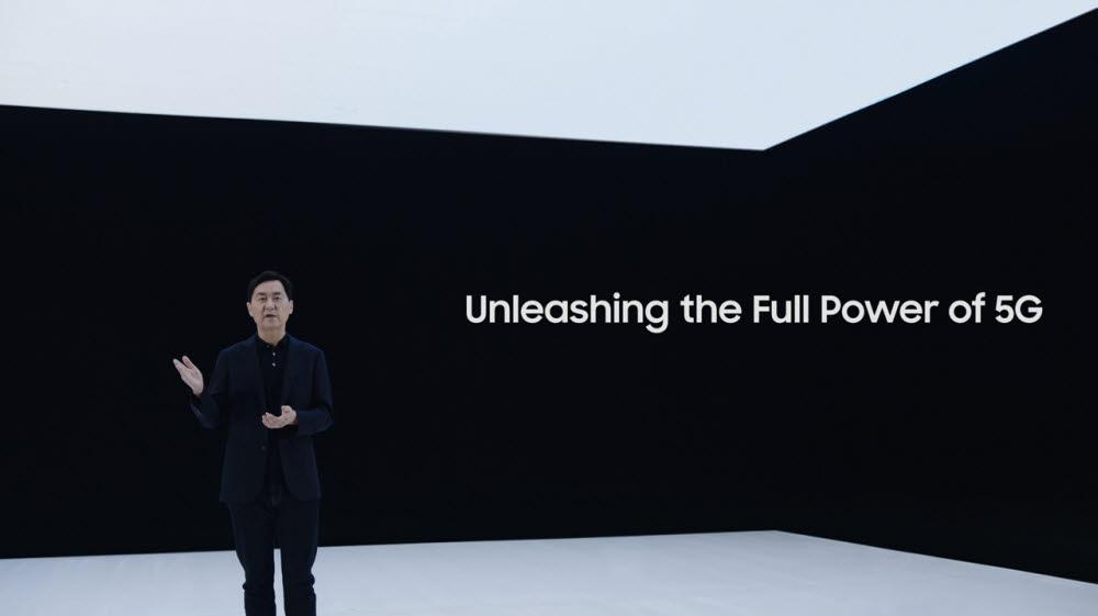 삼성 네트워크 : 통신을 재정의하다 행사에서 전경훈 삼성전자 네트워크사업부장(사장)이 신규 5G 솔루션을 소개하는 모습