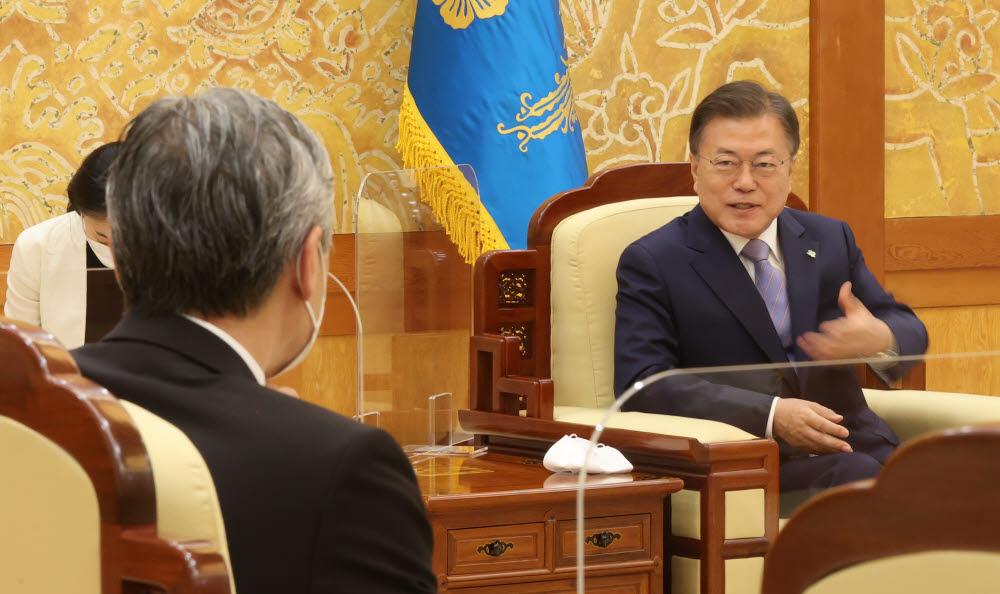 문재인 대통령이 22일 오후 청와대에서 방한 중인 성 김 미국 국무부 대북정책특별대표를 접견하고 있다. 연합뉴스