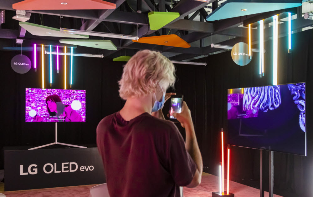 LG전자가 스페인에서 세계적 명성의 디자인학교 학생들이 선보인 디지털아트를 올레드 TV를 통해 선보였다. 전시장을 찾은 관람객들이 LG 올레드 TV와 함께 전시한 디지털아트를 감상하고 있다.