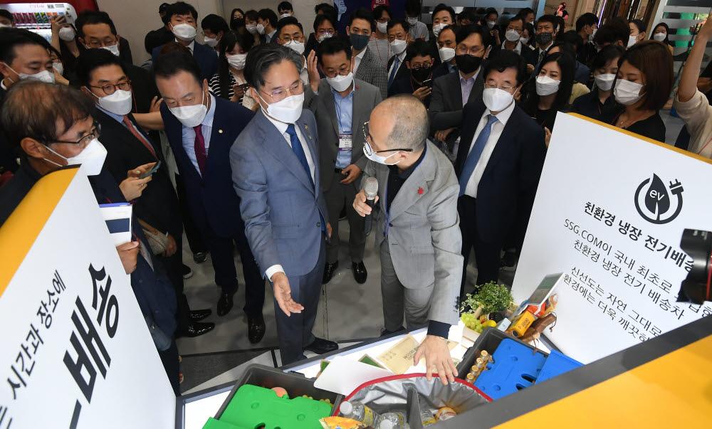 박진규 산업통상자원부 차관이 SSG닷컴의 친환경 냉장 전기배송차를 살펴보고 있다.