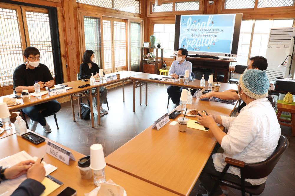 강성천 중소벤처기업부 차관이 23일 충남 공주의 지역가치 창업가(로컬크리에이터) 4개사를 방문, 관련 대표들과 지역경제 활성화를 위한 다양한 논의를 하고 있다.