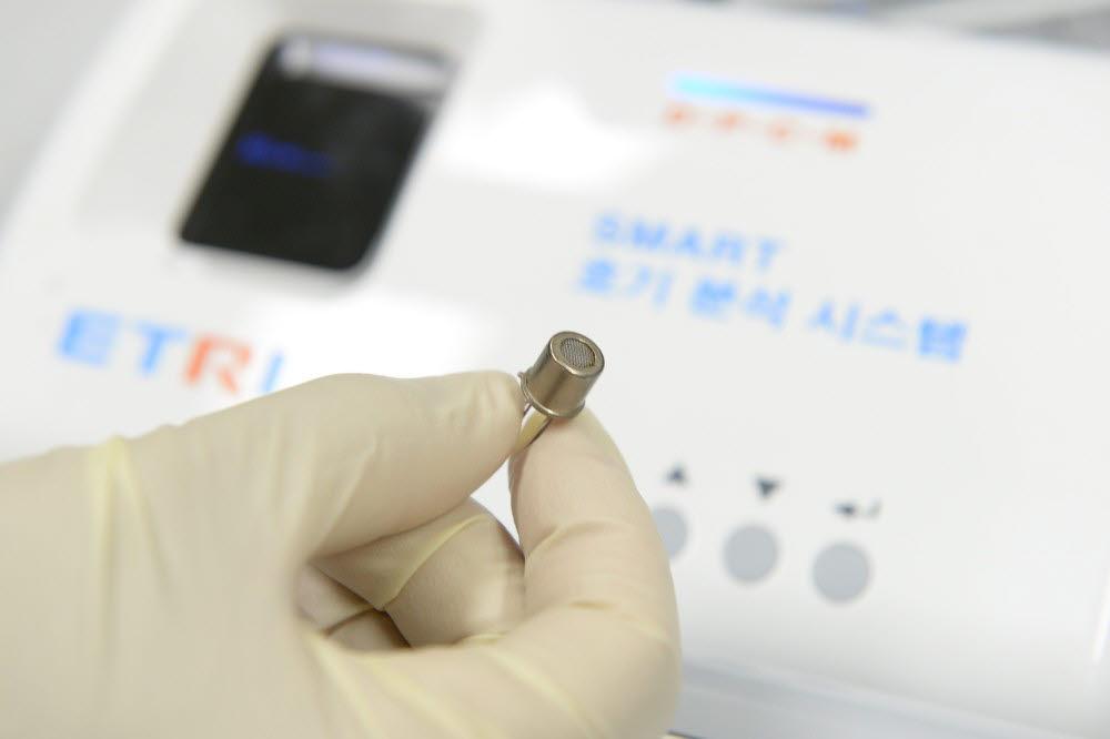 날숨을 통해 폐암을 진단하는 전자 코 모습. (한국전자통신연구원 제공)