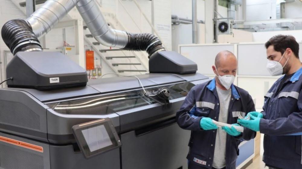 폭스바겐 직원이 3D 프린팅 신기술을 살펴보고 있다.<사진=폭스바겐 홈페이지>