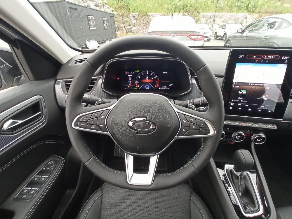 XM3 1.3ℓ 가솔린 터보 모델 운전석, 계기판 등. 1.6ℓ 가솔린 모델은 운전대에 반자율주행 버튼이 없다.