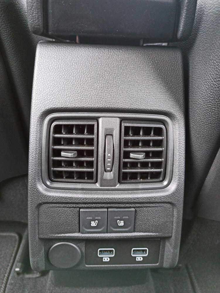 XM3 2열은 송풍구와 열선시트 작동 버튼, USB 충전포트 등이 위치한다.