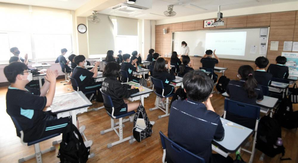 전자신문과 한국언론진흥재단이 공동 주최한 2021 신문사 미디어교육 일일기자체험 프로그램이 지난 5일 서울 풍성중학교에서 열렸다.