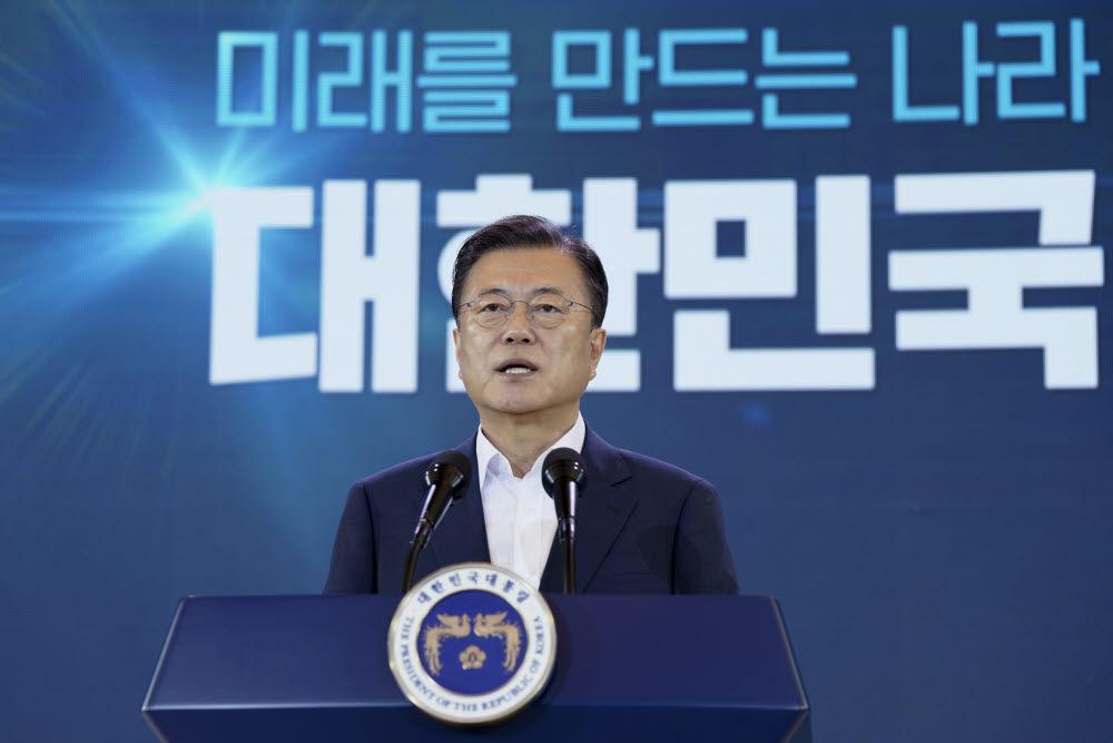 문재인 대통령이 14일 오전 청와대에서 열린 제4차 한국판 뉴딜 전략회의에서 발언하고 있다. 청와대 제공