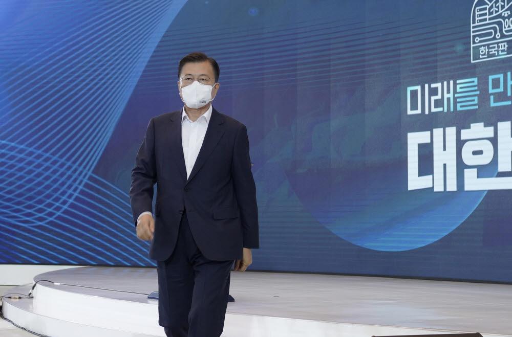 문재인 대통령이 14일 오전 청와대에서 열린 제4차 한국판 뉴딜 전략회의에서 발언을 마친 뒤 단상에서 내려오고 있다. 청와대 제공