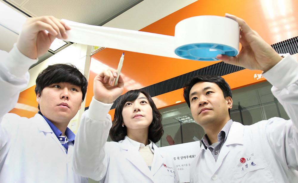 LG화학과 일본 도레이가 유럽에 이차전지 핵심 소재 분리막 합작사를 설립한다. LG 전지소재 연구원들이 안전성강화분리막(SRS)을 살펴보고 있다. SRS 기술은 LG화학이 지난 2004년에 독자 개발한 배터리 안전성 강화 기술이다.