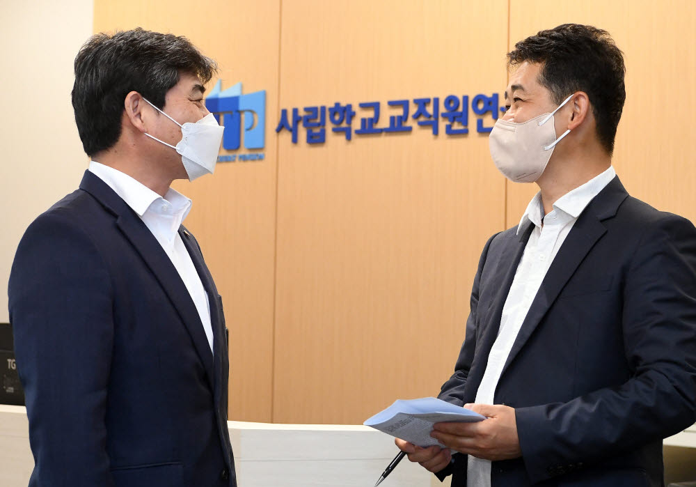 주명현 사학연금공단 이사장(왼쪽)과 김원석 전자신문 정치정책부장이 대담을 나누고 있다. 사진=이동근기자 foto@etnews.com