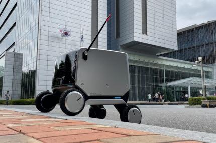 LG전자가 최근 공개한 실내외 통합배송로봇 모습. LG전자는 올해 말부터 실내외 통합배송로봇을 시범 운영할 계획이다. (출처:LG전자)