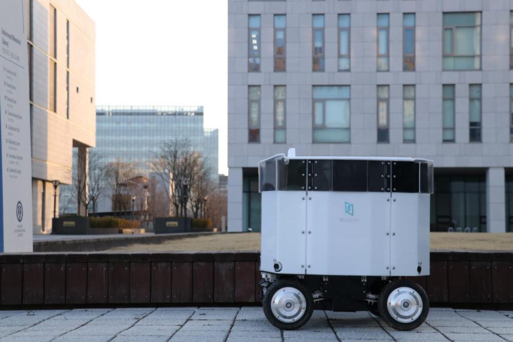 자율주행 로봇 소프트웨어 개발 스타트업 뉴빌리티가 개발중인 실외 자율주행 배달로봇 뉴비(Neubie) 모습.