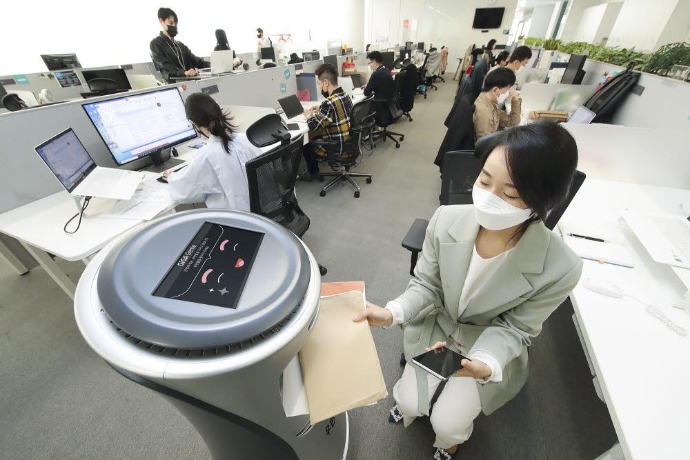 KT의 AI로봇 우편배송 서비스를 체험하고 있는 KT 임직원