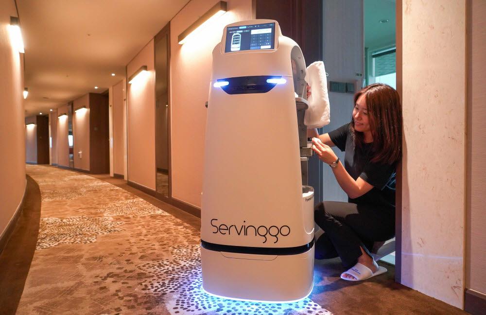 호텔서 접객도 하는 서빙로봇 SKT 서빙고