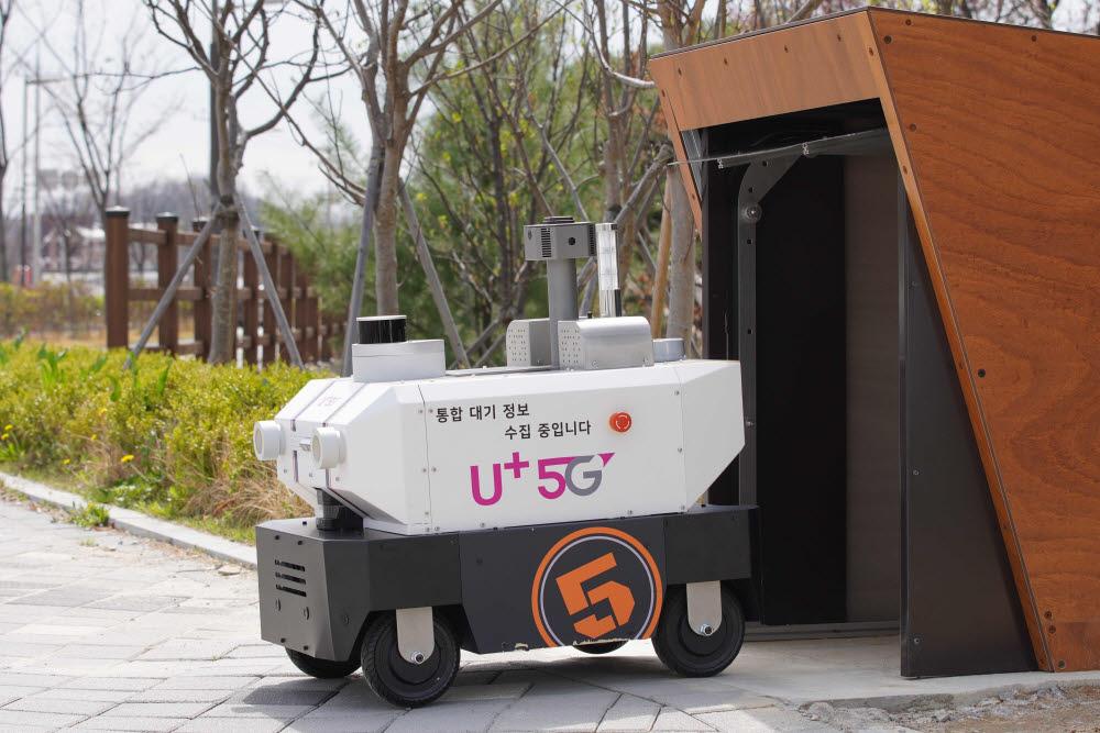 24시간 대기질 측정하고 오염물질 배출을 감시하는 LG유플러스 환경관리로봇