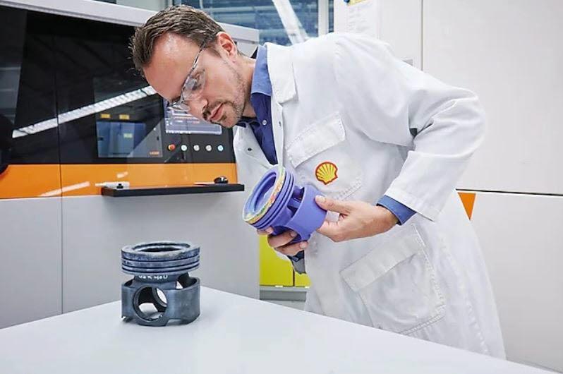 쉘 연구원이 3D 프린팅 기술로 제작한 주요 부품을 살펴보고 있다. <사진=쉘>