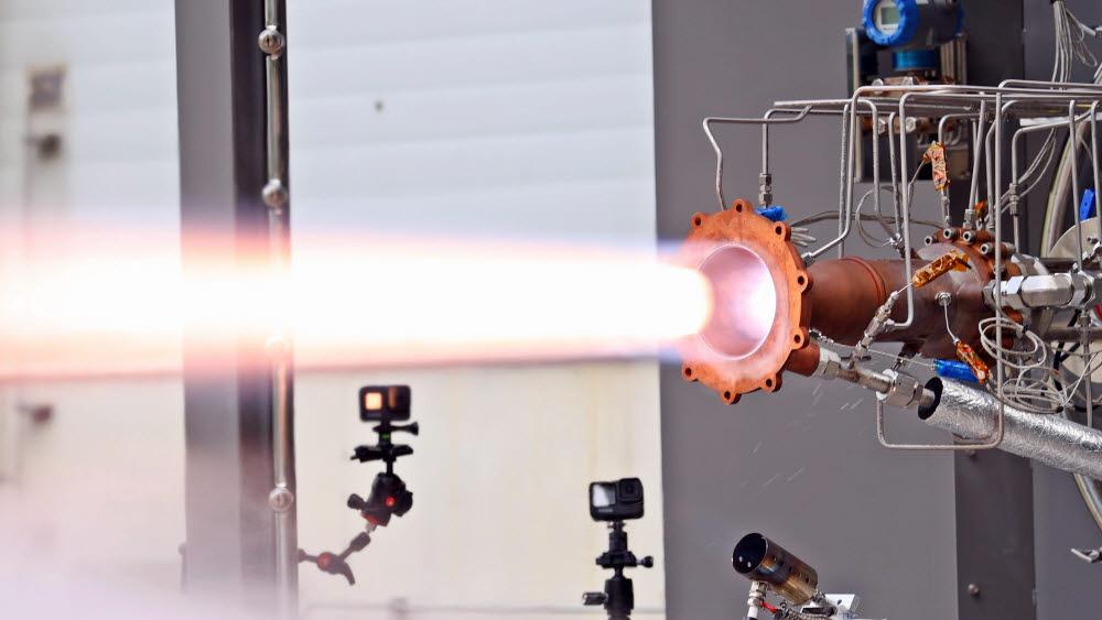 항우연이 3D 프린팅으로 제작한 연소기를 시험하는 모습