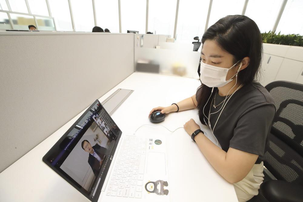 미래인재육성 프로젝트 3기에 참여하는 직원이 구현모 KT 대표의 격려 메시지를 듣고 있다.