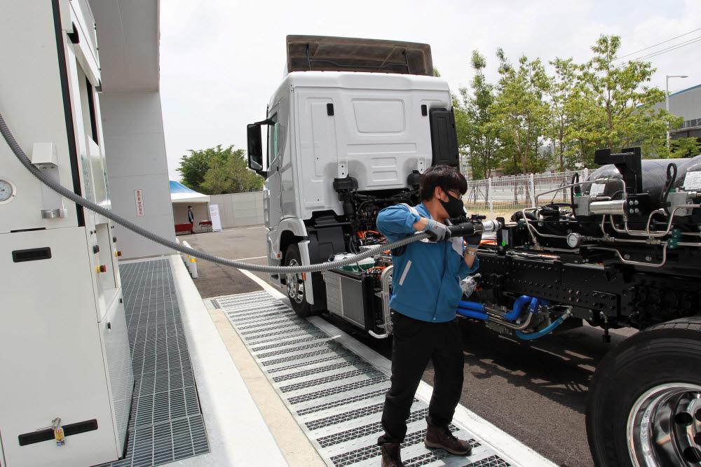 엑시언트 수소트럭을 충전하는 모습.