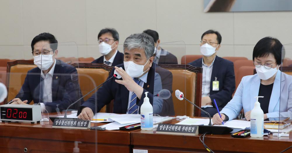 20일 과방위 전체회의에서 한상혁 방송통신위원장이 발언하고 있다.