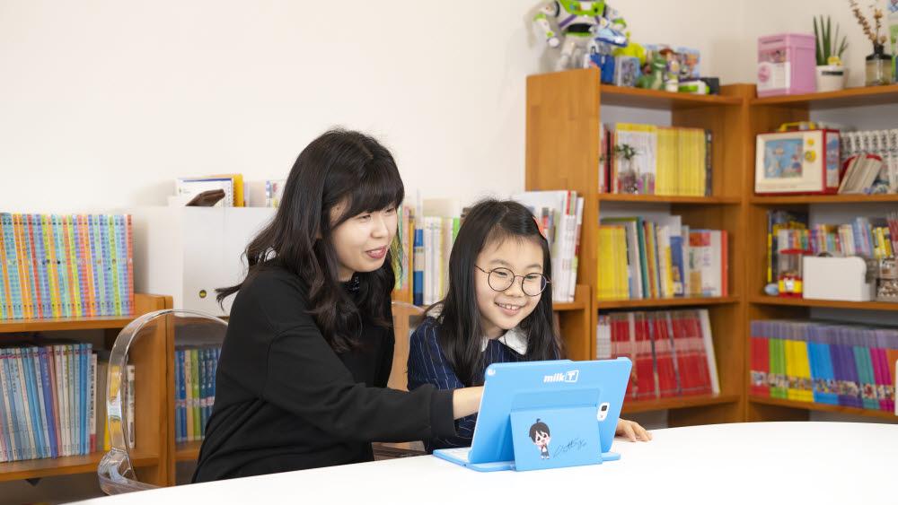 한 초등학생이 천재교과서의 스마트학습 프로그램인 밀크T의 AI스피크업 사회를 이용해 여름방학 대비를 하고 있다.