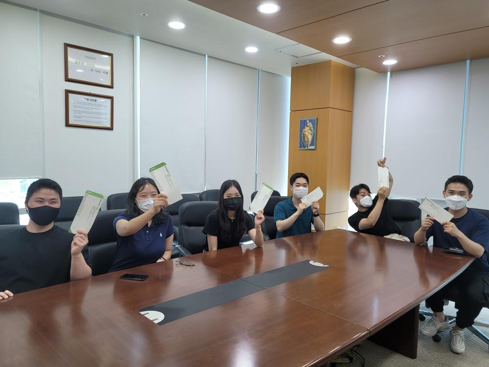 인텔리빅스 임직원들이 재난지원금을 지급받은 뒤 기념촬영했다. 인텔리빅스 제공