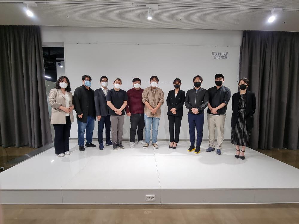 지난달 3일 서울 스타트업브랜치에서 스타인테크 컬처 시즌1 매운맛토크가 진행됐다. 행사에 참가한 10개 스타트업 대표들이 기념촬영에 응하고 있다.