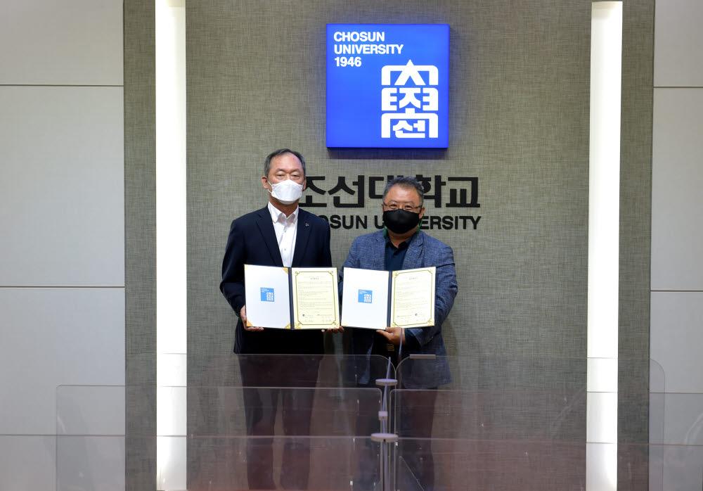 민영돈 조선대 총장(왼쪽)과 유수일 광주장애인e스포츠연맹 회장.