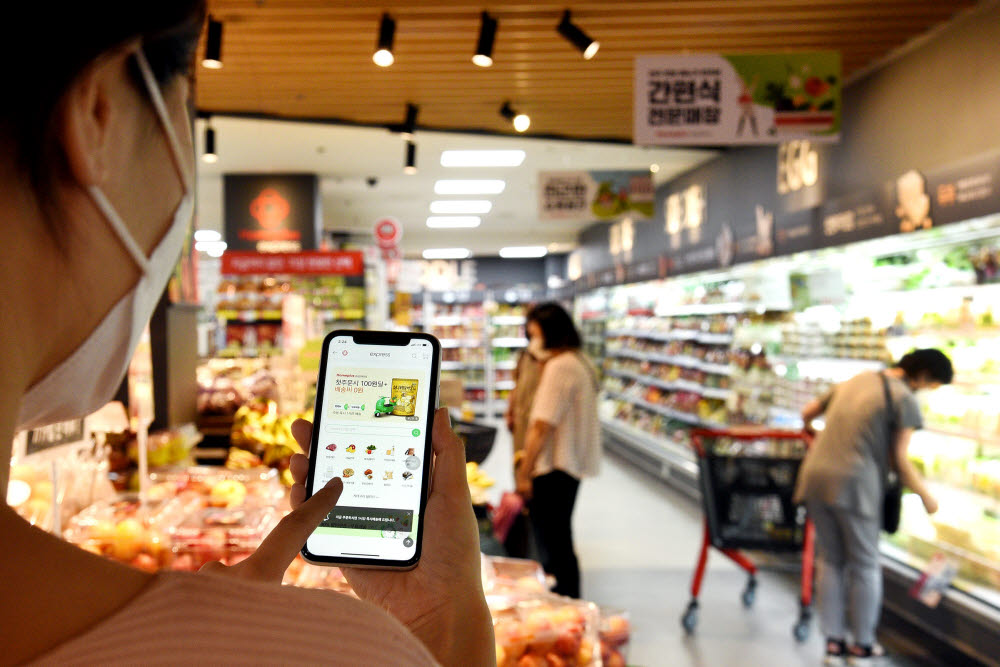 모델이 21일 서울 동작구 홈플러스 익스프레스 남성점에서 홈플러스 모바일앱을 통해 홈플러스 익스프레스 온라인 서비스를 선보이고 있다.