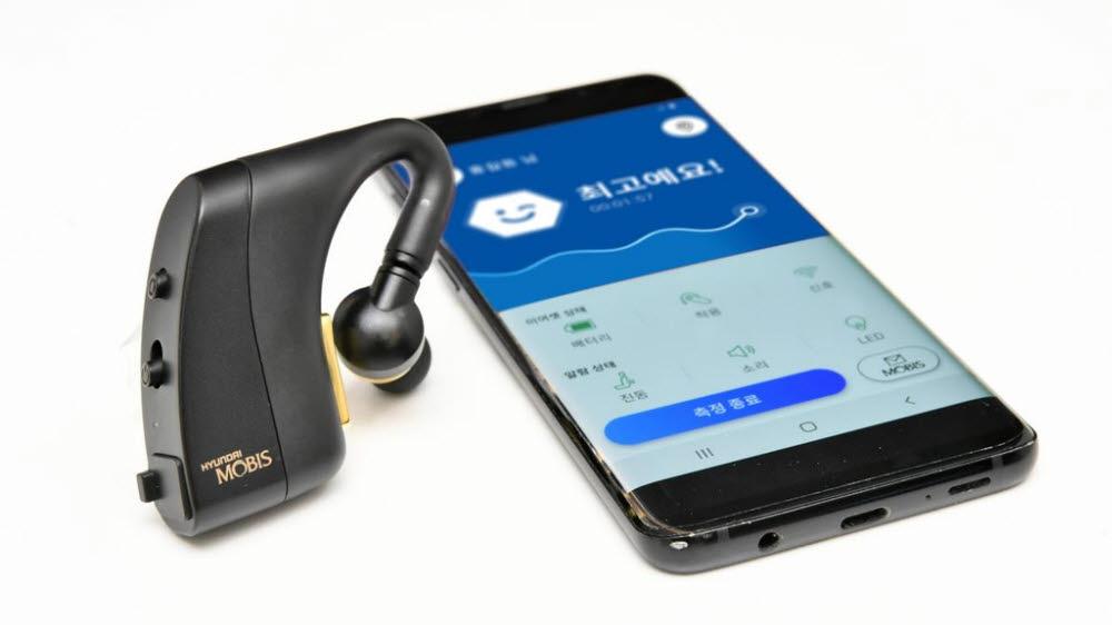 현대모비스가 개발한 엠브레인의 이어셋과 스마트폰 앱. 귀 주변의 뇌파를 인지해 운전자의 상태를 알려주고, 저감기술이 작동해 사고를 예방한다.