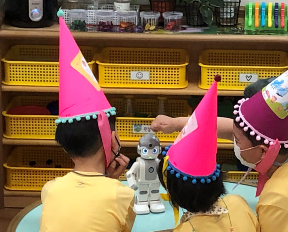 서울시가 보육현장에 인공지능(AI) 로봇을 시범 도입한다. 어린이집에서 아이들이 인공지능 로봇을 시연하고 있다. 사진=서울시