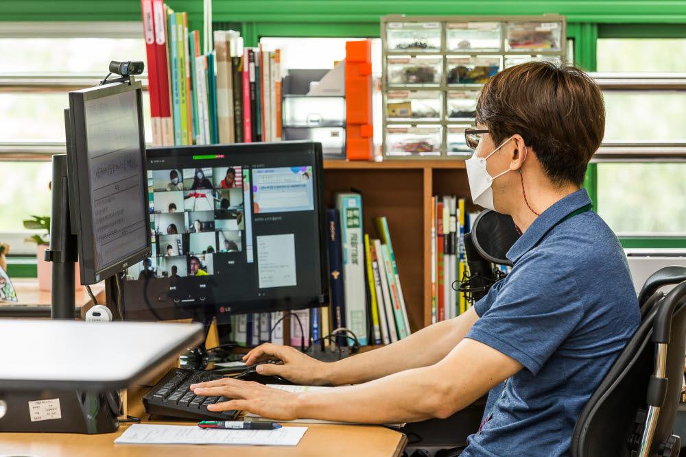 서울 성동구 무학초 5학년 교실에서 선생님이 온라인 수업을 진행하는 모습. <사진공동취재단>