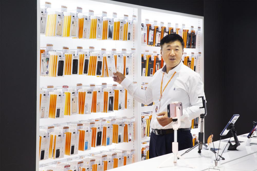 김대영 슈피겐코리아 대표가 본사 매장에서 휴대폰 케이스와 무선충전패드 등 제품을 소개했다.